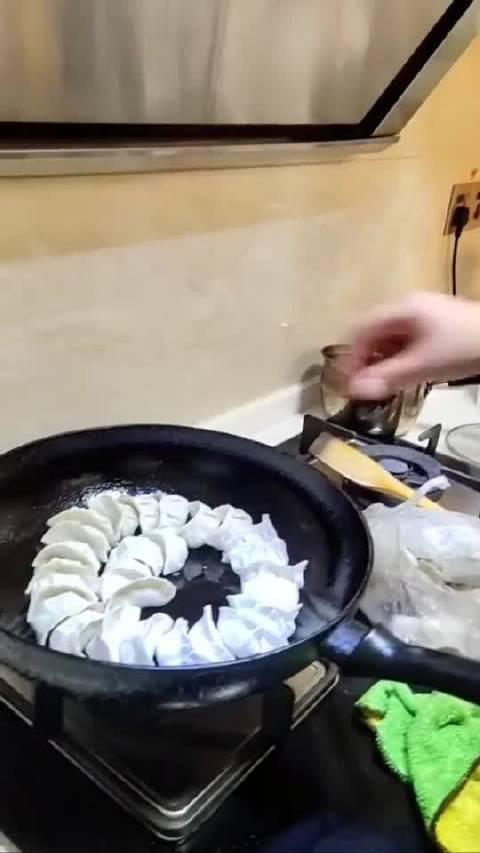 儿子的蛋皮煎饺做成了鸡蛋炒饺子了