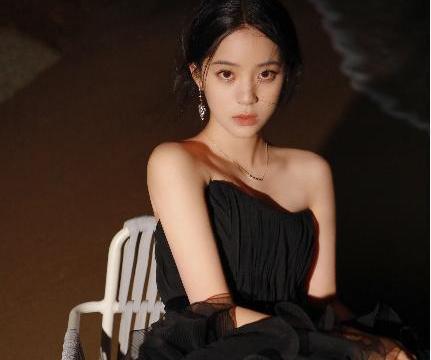 欧阳娜娜解锁海边胶片,穿一袭黑色抹胸纱裙出众而神秘,绝了