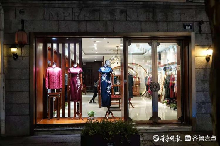 夜雨中的杭州河坊街,色彩斑斓