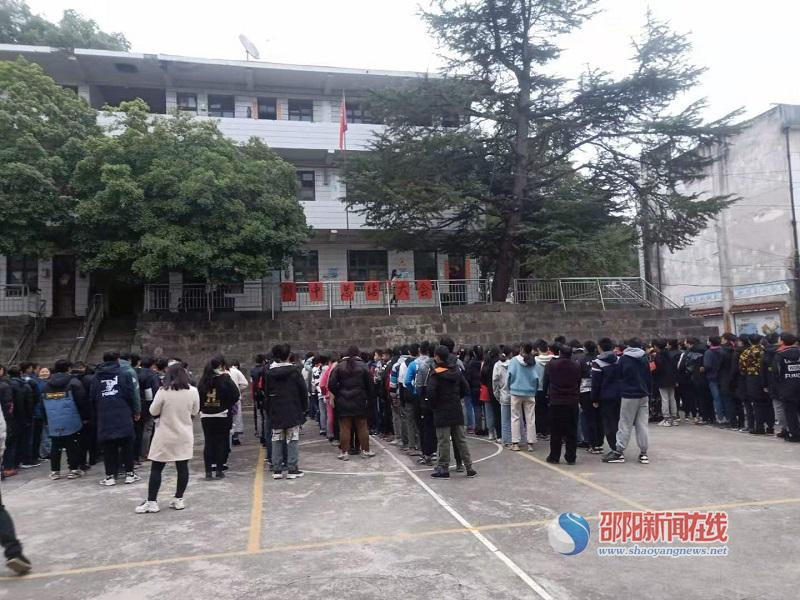 隆回县西洋江镇苏河中学召开期中总结暨表彰大会
