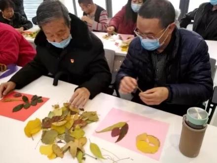 趣味巧手工  大家齐参与 柳家营社区组织党员开展树叶粘贴画活动