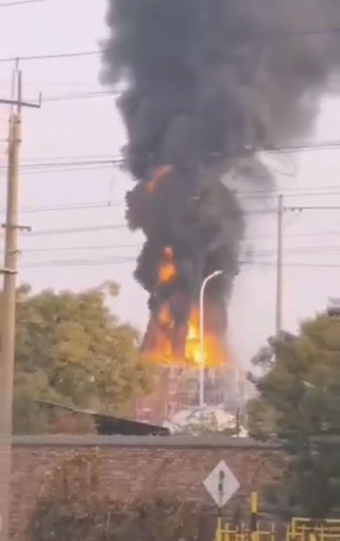 甘肃兰州一化工厂发生闪爆并起火,事故未造成人员伤亡图片