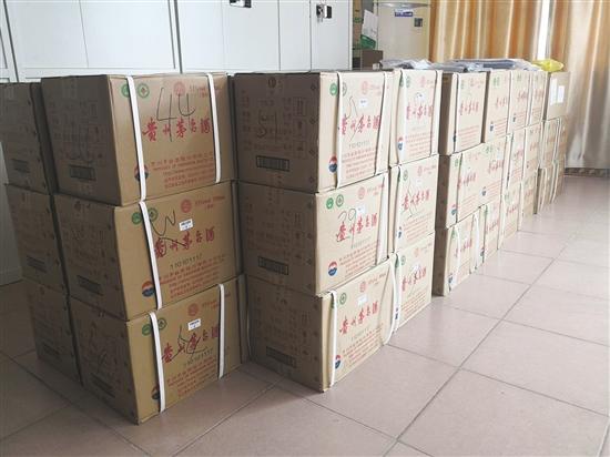 茂名曾仕权黑社会性质组织案中,警方缴获的涉案物品,茅台酒摆满了整面墙 (警方供图)