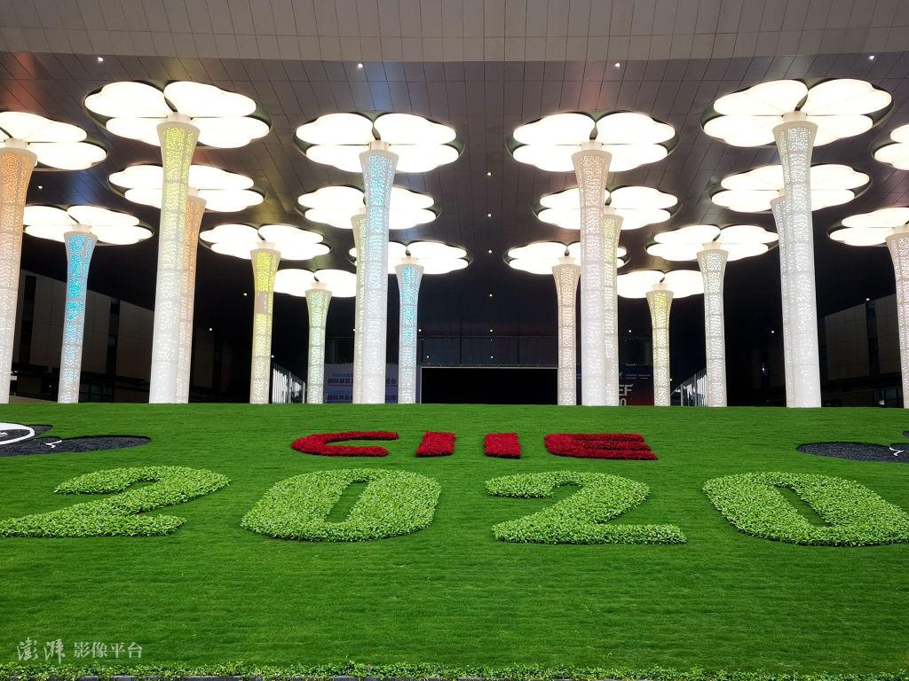 上海國家會展中心南廣場(圖源:澎湃影像)