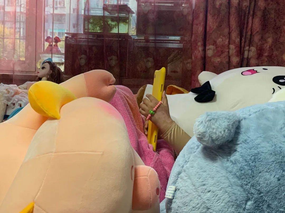 ▲正在康复中的童童。新京报记者 薄其雨 摄