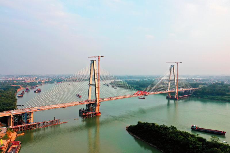 荔浦至玉林高速公路相思洲大桥完成主桥合龙段吊装(广西交通投资集团供图)