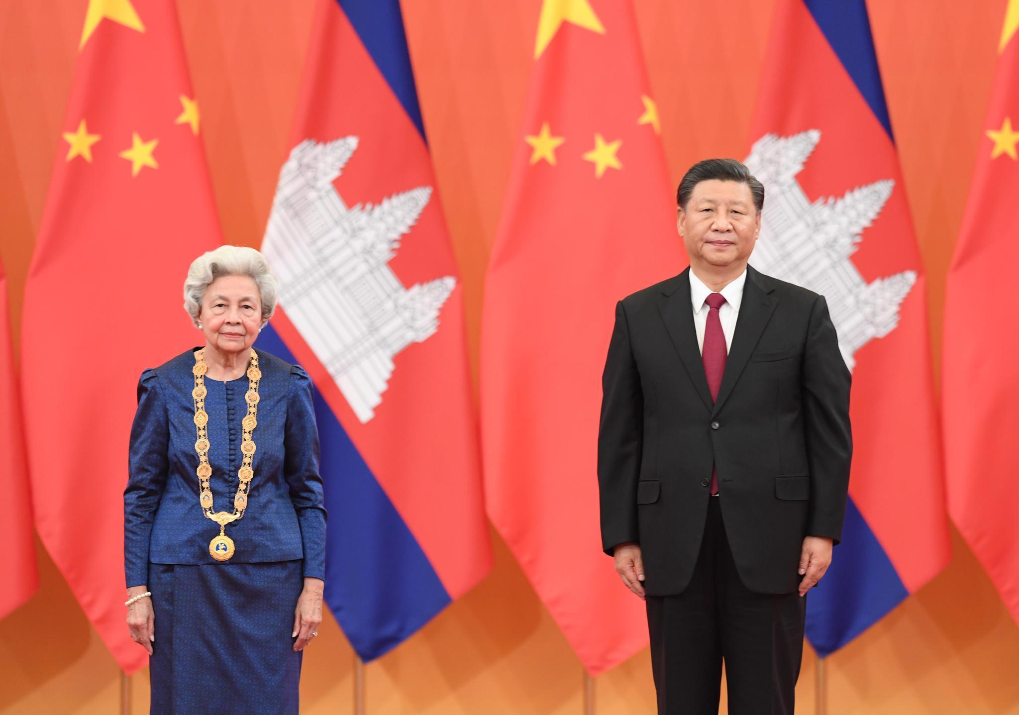 """习近平为柬埔寨太后莫尼列颁授""""友谊勋章""""图片"""