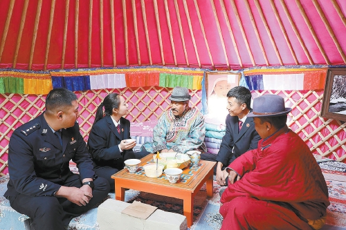 送法进农村进牧区 他们在蒙古包里宣传民法典图片