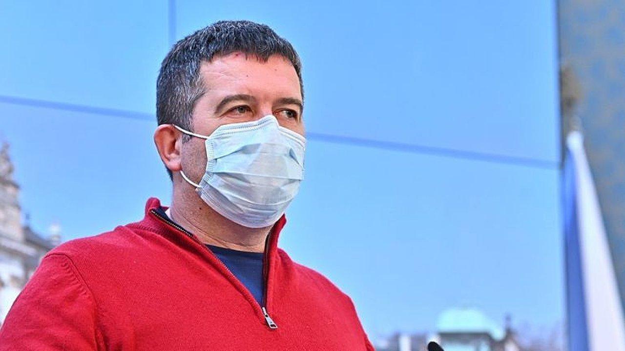 捷克第一副总理兼内务部长感染新冠病毒后康复