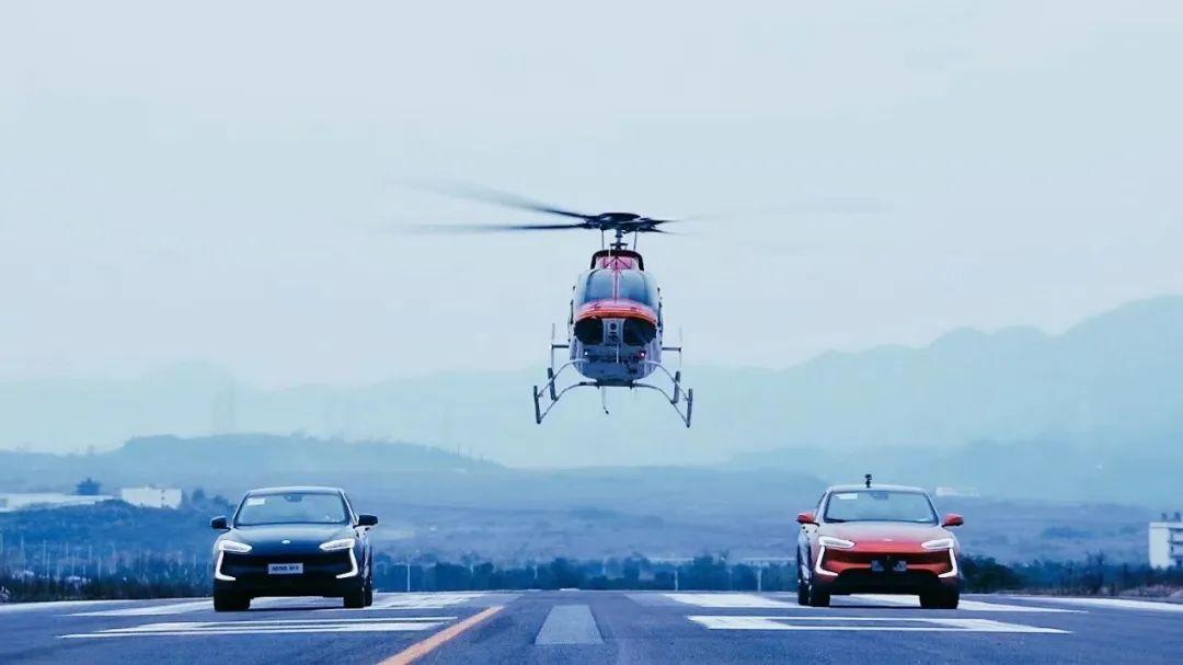 速度诱惑!重庆造新能源车挑战直升机图片
