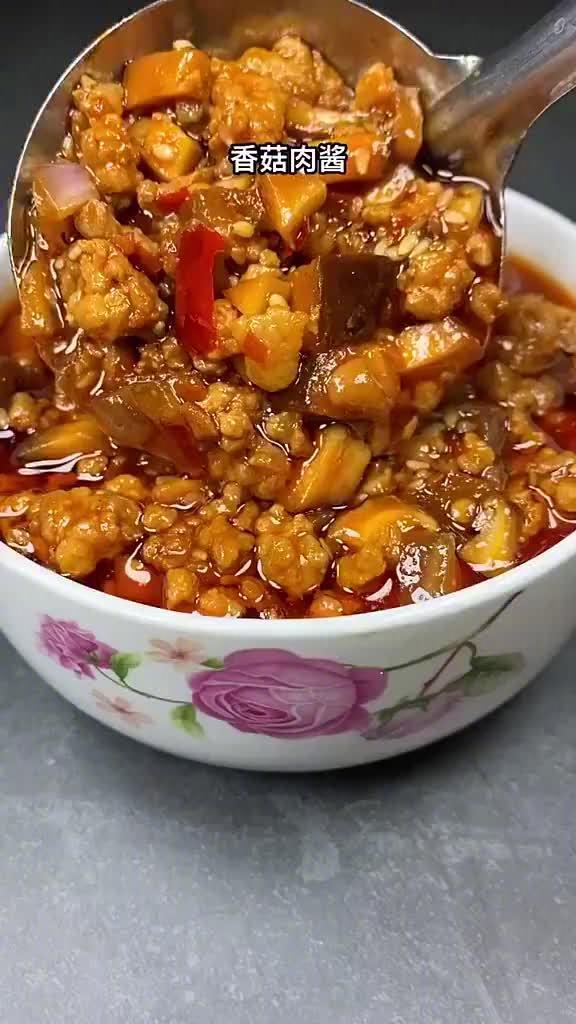 香菇肉酱,米饭,面条,馒头都合适