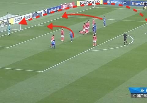刘殿座扑出对手射门后,恒大后卫站在原地看着对手完成补射破门