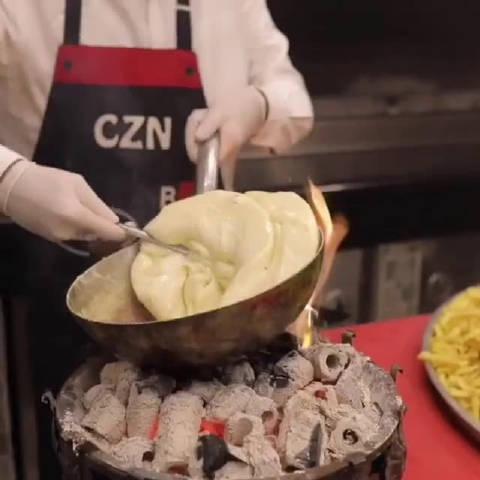 土耳其小哥做了个巨无霸汉堡,拔刀的姿势太帅啦!