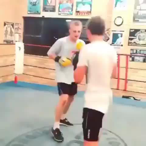 训练中的双KO,黄色拳套的小哥起来的还蛮快的