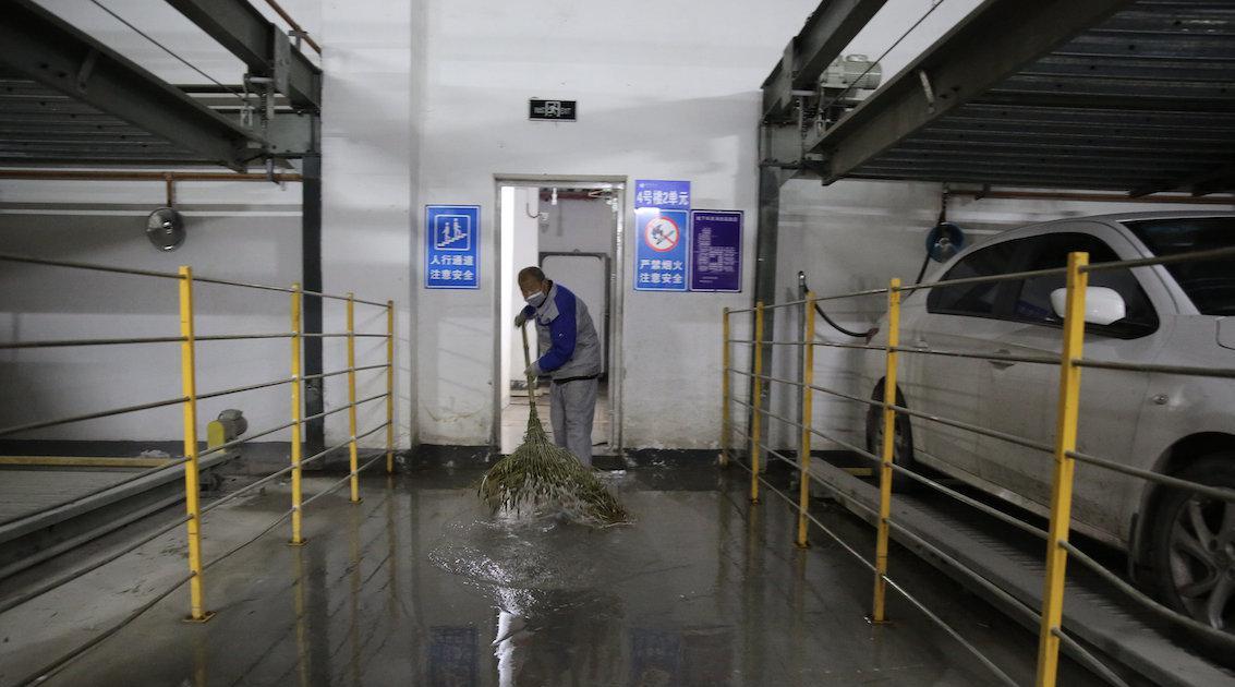 """西安一地下车库漏水长达2年 居民戏称""""水帘洞"""""""