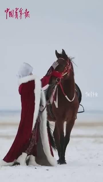 """骑马""""上阵""""! 副县长策马奔驰为当地旅游代言。(中国青年报)"""