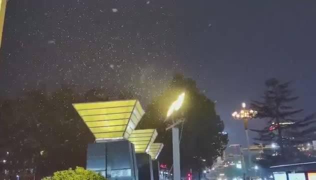 12月1日晚,石家庄迎来入冬后的首场降雪……