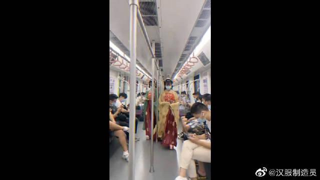 地铁里偶遇汉服小姐姐,你们会行礼吗?