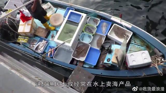 渔民大叔卖墨鱼30年,1分钟完整剥掉墨鱼皮~ 照这个速度…………