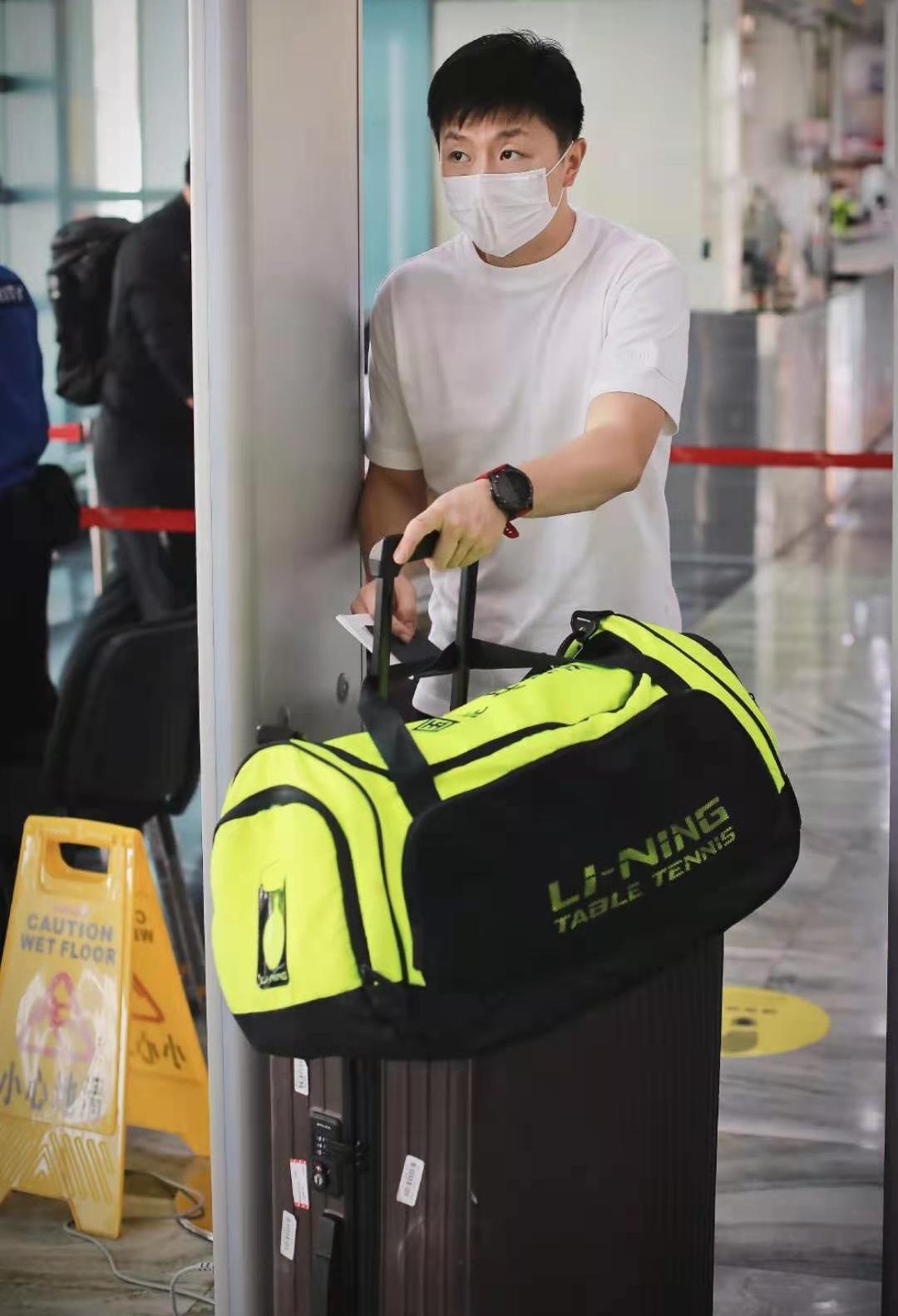 马龙身穿短袖现身机场,似翩翩公子气质突出,躲球迷的样子像小偷