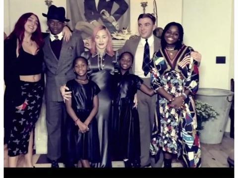 62岁麦当娜带六娃拍全家福,坐26岁男友腿上耳语,甜蜜少女样