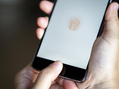手机绑定银行卡需警惕,辽宁男子趁他人熟睡,指纹解锁盗取钱款