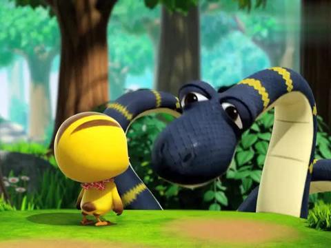 别人害怕蟒蛇,萌鸡不怕还一起玩,孩子都是善良的