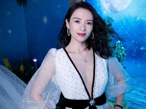 章子怡穿白色纱裙亮相活动,深V开到肚脐,41岁哪像孩子的妈?