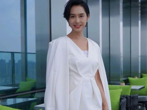 朱茵的气质感没得挑,穿白色斗篷裙优雅高贵,精致细腻太有女神范