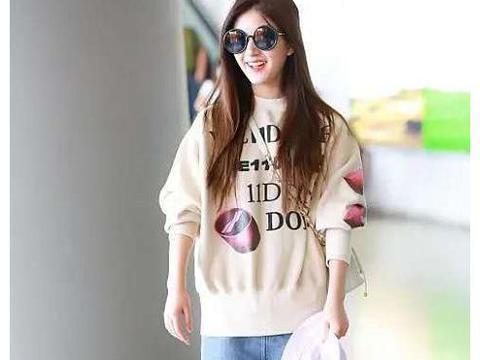 赵露思时尚走机场,穿白色字母印花大毛衣,时尚舒适又有层次感