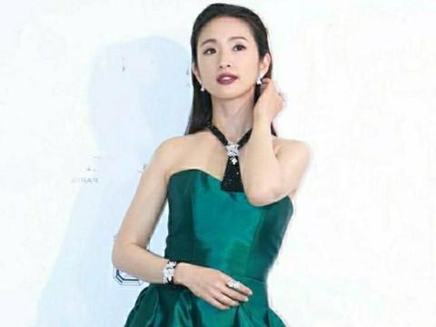 """以为袁湘琴穿不了礼服,可她穿上""""宝石绿""""后,就问缺提裙的吗?"""