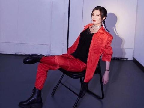 赵薇穿红色系套装,是真减龄,看着就特甜美
