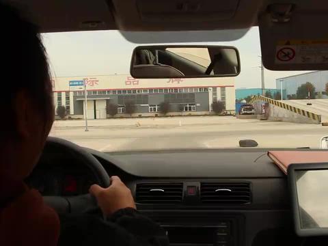 女司机练习科目二侧方位停车,张教练告诉告诉技巧,教练:只要车