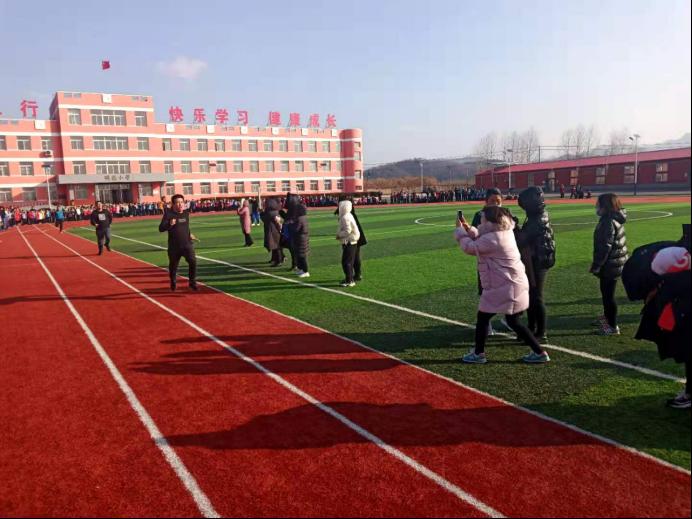宝山小学:绿茵场上展风采 健康文明树新风