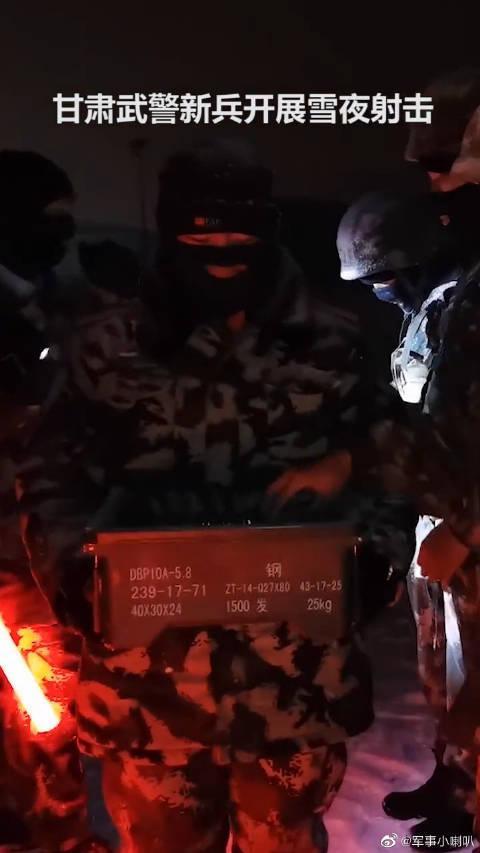 爬冰卧雪!甘肃武警新兵开展雪夜射击,为中国军人点赞