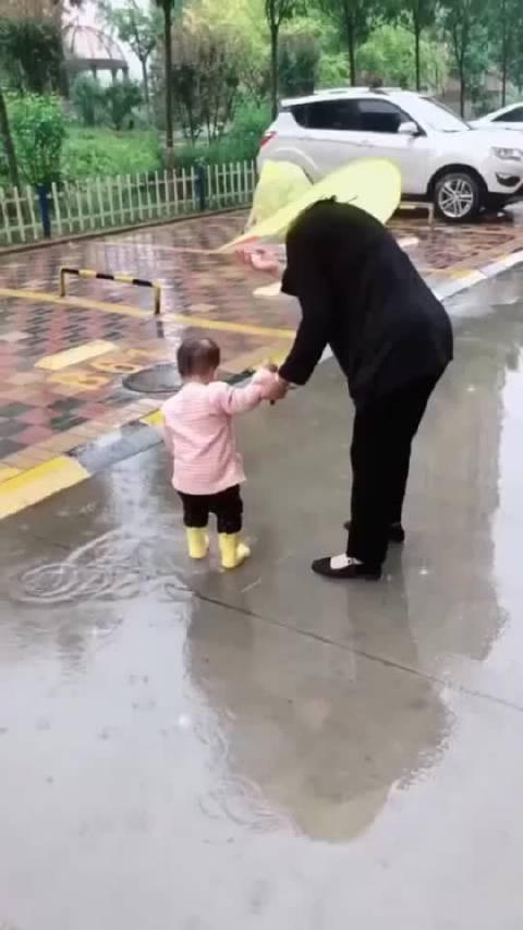 姥姥带娃出门,这样的一幕,让我该怎么做?