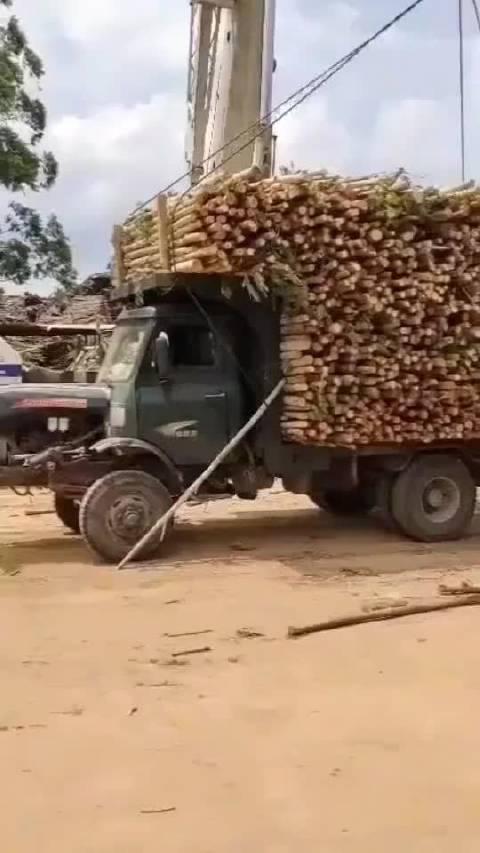 一车木头装车用了半天,这一下就能调走