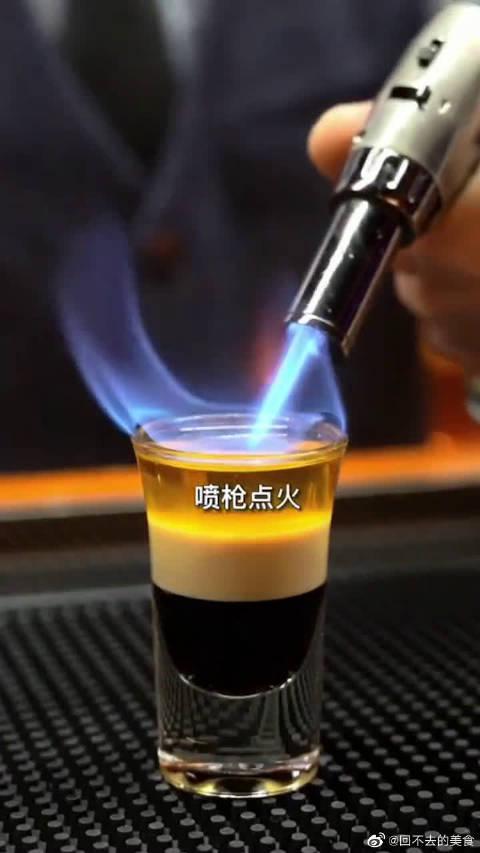 别看只有这一小杯,却是酒吧的招牌!……