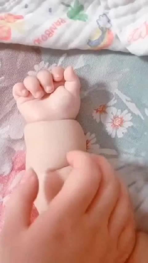 宝宝肥胖的手,还能捉虫子,不检查都看不见