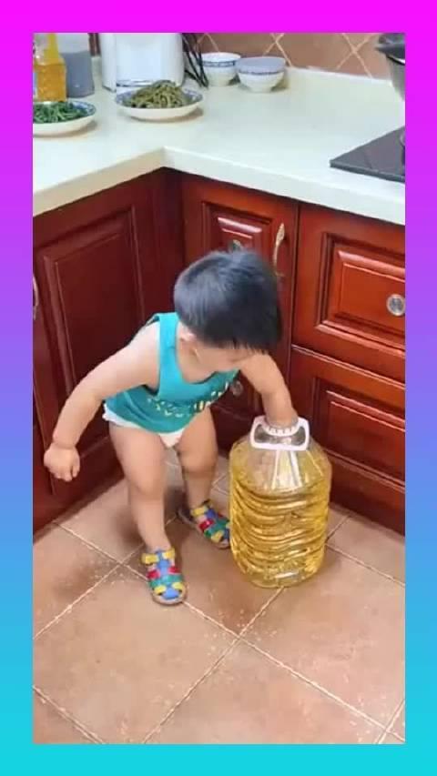 先抹上油,再裹上面包糠油炸,隔壁哭泣的小孩是馋哭的吗?
