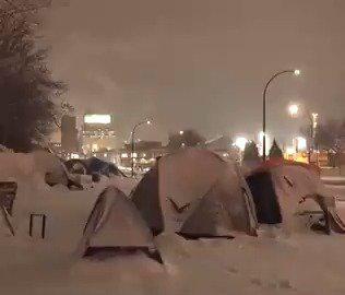 加拿大蒙特利尔,越来越多的人在疫情经济萧条失业,只能睡大街了