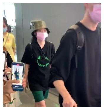 要公开?张靓颖跟绯闻男友走机场,还戴同款口罩,男友甘心当苦力