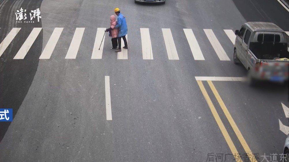 湖北装修工人公主抱拄拐老人过马路……