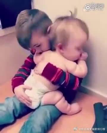 心都化了,好有爱的小哥哥宠溺的哄着小妹妹,好想一起抱走
