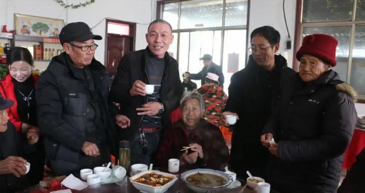 领奖品听戏曲吃饺子 曲阜这里的老人们真有福气