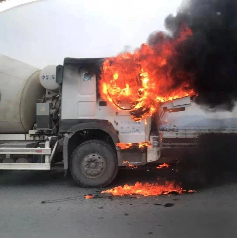 安康一车辆过三桥中驾驶室突然起火,司机跳出逃生…… || 897现场