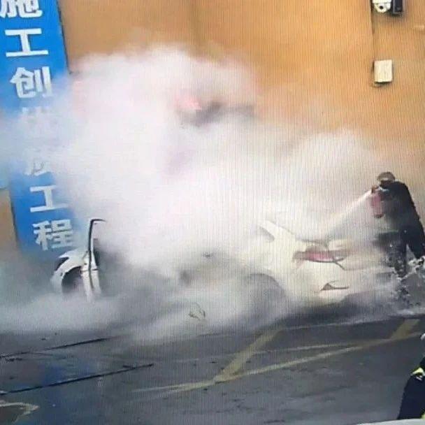 合肥街头!一轿车突然发生爆炸!关键时刻...