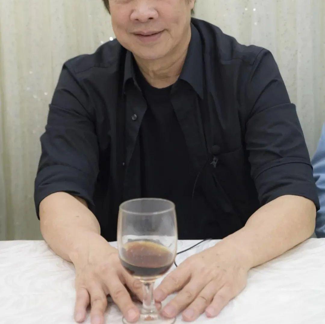 加油!TVB知名老戏骨74岁坚持拍戏,被赞宝刀未老,年少曾吸毒打架
