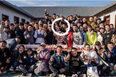 林更新郑爽客串《刘老根4》,与赵本山同框照片流出,网友:帅气