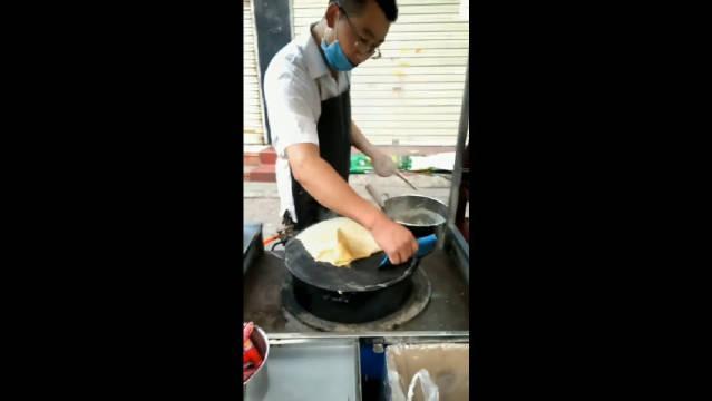做煎饼果子的老板,唯一不缺的就是面团!……